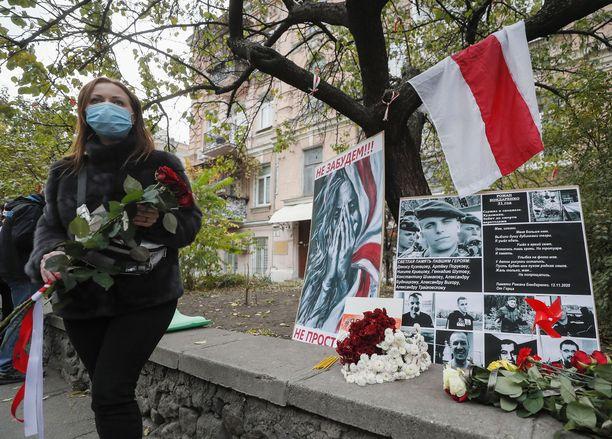 Mielenosoittaja Roman Bondarenko kuoli Minskissä torstaina. Paikalliset toivat hänen muistopaikalleen kukkia.