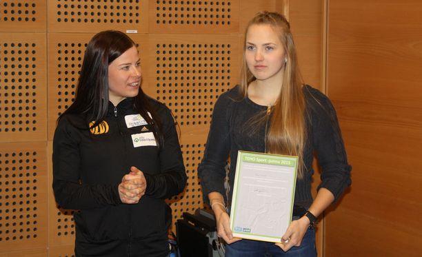 Krista Pärmäkoski (vas.) palkitsi juniorihiihtäjä Ronja Linnan.
