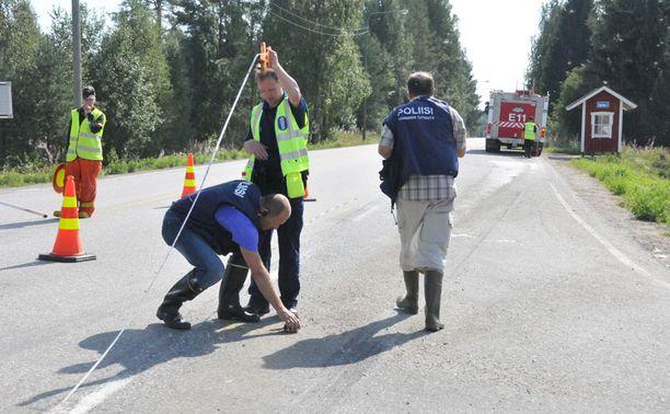 Autojen törmäyskohtaan jäi henkilöauton renkaasta mustaa kumia ja vanne kaivoi asfalttiin liki sentin syvyisen uran. Poliisin tekninen tutkinta turmapaikalla jatkui pitkälle iltapäivään.