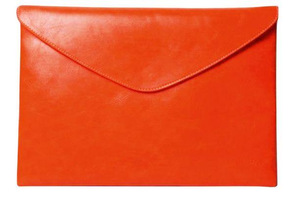 Punertava kirjekuorilaukku tuo asuun sitä jotakin. 59 €, Modekungen