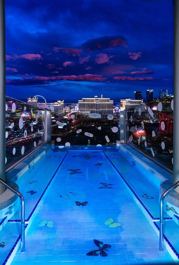 Huoneistoon kuuluu myös uima-allas.