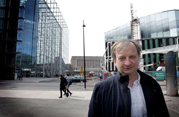 """Kokoomuksesta eronnut kansanedustaja Hjallis Harkimo laskee laittaneensa perustamaansa Liike Nytiin """"kymmeniä tuhansia euroja"""" omia rahojaan."""