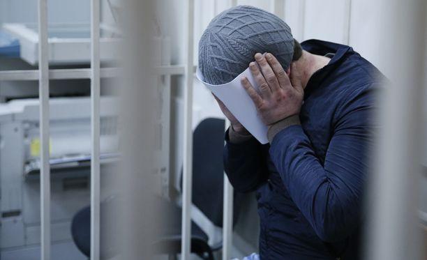 Yksi Nemtsovin murhasta pidätetty mies peitti kasvonsa oikeudessa tämän vuoden maaliskuussa.