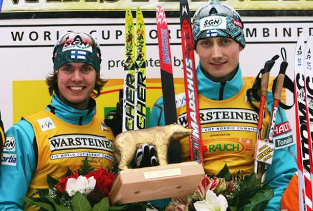 Anssi Koivuranta ja Hannu Manninen hiihtivät räntäisessä kisassa lopulta 8,2 sekunnin eron toiseksi tulleeseen Saksan joukkueeseen.