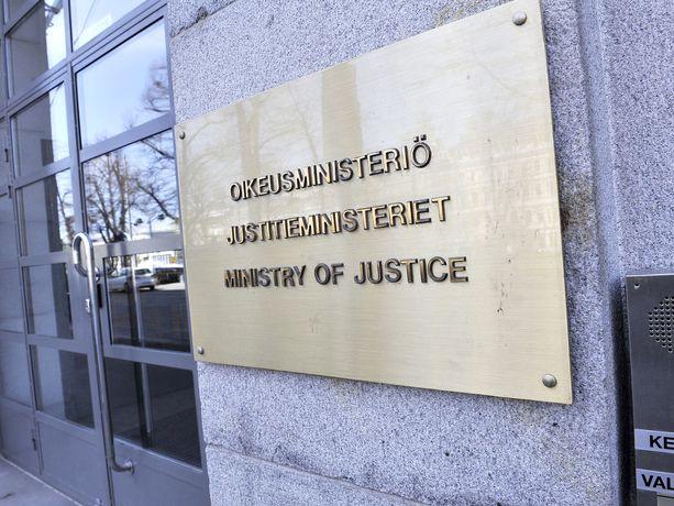 Oikeusministeri Anna-Maja Henriksson sai keskiviikkona tilannetiedon selvityksestä Oikeusrekisterikeskuksen päälliköltä Ritva-Liisa Raatikaiselta.