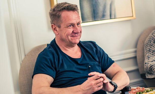 Olli Lindholm on puhunut ohjelmassa avoimesti vaikeasta isäsuhteestaan ja veroveloistaan. Nyt hän puyi avioeroaan.