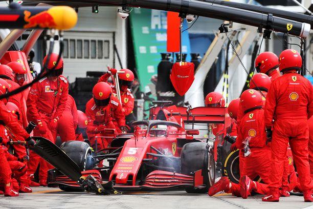Sebastian Vettel renkaidenvaihdossa Unkarin GP:ssä.
