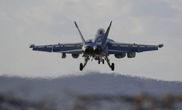 Yhdysvaltojen ilmavoimien EA-18 Growler laskeutumassa Osanin lentotukikohtaan Etelä-Koreassa.
