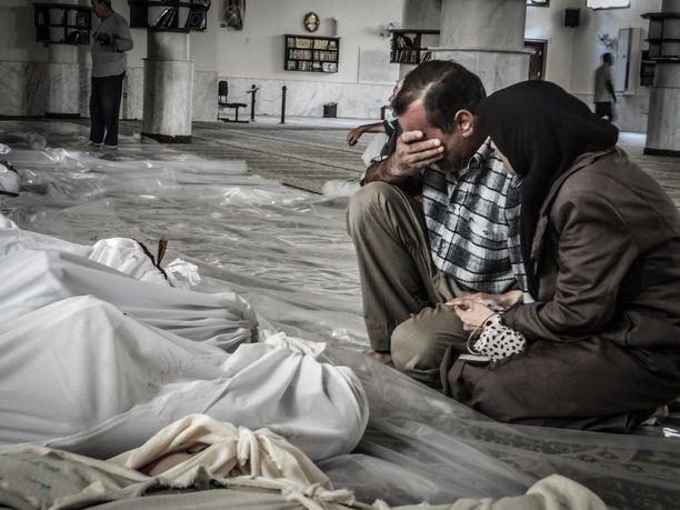 Kieltojärjestö syyttää Syyriaa kemiallisten aseiden käytöstä. Kuvassa epäillyn kemiallisen iskun uhrien omaisia Damaskoksessa elokuussa 2013.