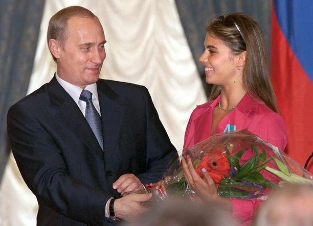 Vladimir Putin onnitteli Alina Kabajevaa vuonna 2001, kun tälle myönnettiin Ystävyyden kunniamerkki.