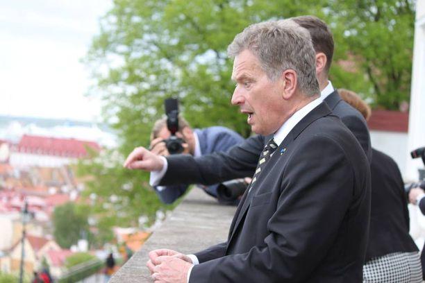 Viron pääministeri Taavi Roivas esitteli presidentti Sauli Niinistölle parvekettaan, josta näkee pimeällä Helsingin valot.