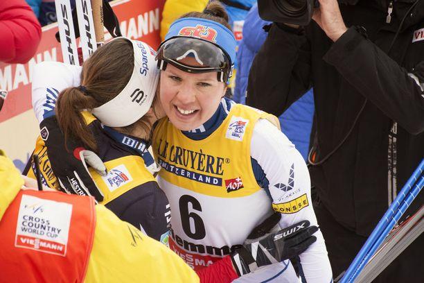Kerttu Niskanen halasi maalissa voittajaa Heidi Wengiä.