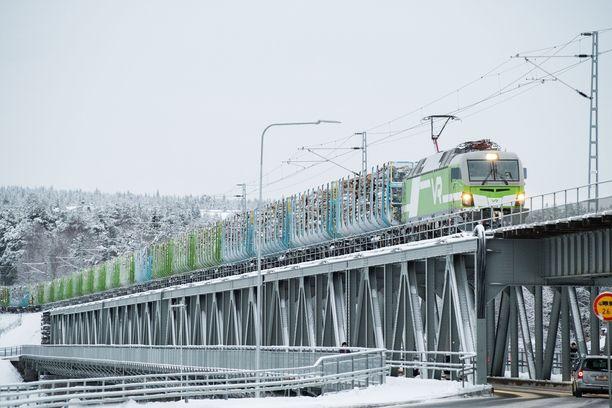 VR:n mukaan junaradan kunto aiheuttaa ongelmia esimerkiksi tavara- ja henkilöliikenteen yhteensovittamisessa.