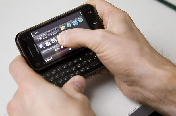 Osa nykyisistä kännykällä maksettavista palveluista voi kadota, jos teleoperaattorit eivät halua noudattaa tiukentuneita lakipykäliä.