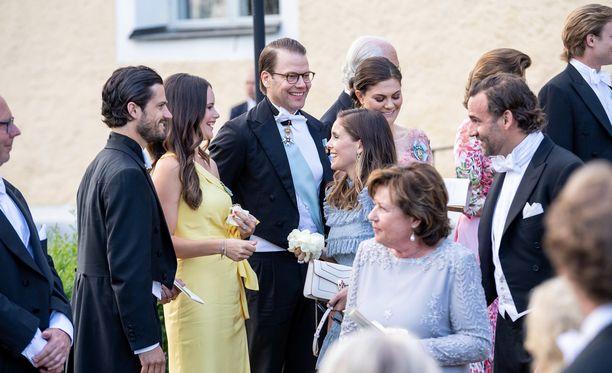 Stephanie af Klercker ja Jonas Bergström eivät näyttäneet epäröivän kunikaallisen perheen kohtaamista.