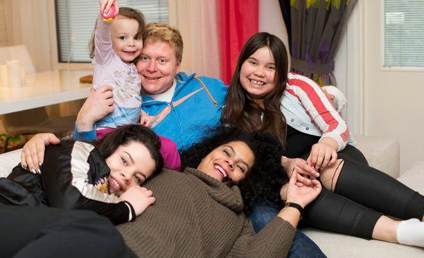 Sampo ja Michele ikuistettiin yhteiskuvaan perheineen viime keväänä.