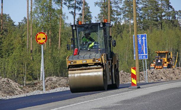 Tänä kesänä maanteitä päällystetään arviolta 3 100 kilometriä.