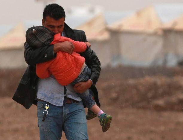 Mosulista paenneet mies ja lapsi Hasanshamin leirillä.