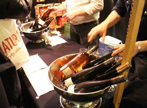 Herkkujen kyytipoikana voi nauttia erilaisia viinejä, joiden kanssa voi kävellä hallissa vapaasti. Viinilasista maksetaan pantti, mikä motivoi kävijöitä palauttamaan lasit oikeaan paikkaan.