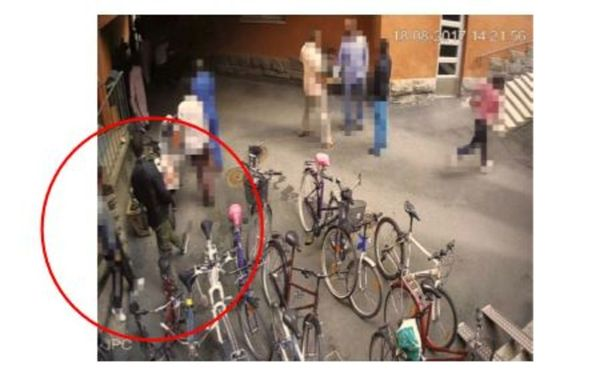 Abderrahman Bouanane poistui moskeijasta. Kello 14.21-14.32 häntä ei näy valvontakameroissa. Bouanane ja todistaja ovat kertoneet, että he jäivät keskustelemaan rukouksen jälkeen.
