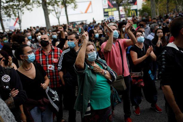 """Kansalaiset osoittivat mieltään rajoitusten piiriin kuuluvassa Vallecasissa sunnuntaina. """"Vallecas ei ole getto"""", ihmiset huusivat."""