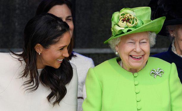Kuningatar Elisabet julkaisi Instagram-tilillään kuvan hänen ja Sussexin herttuatar Meghanin ensimmäisestä yhteisestä edustustilaisuudesta. Kaksikko oli avaamassa uutta siltaa Mersey Gatewayta Cheshiressä kesäkuussa.