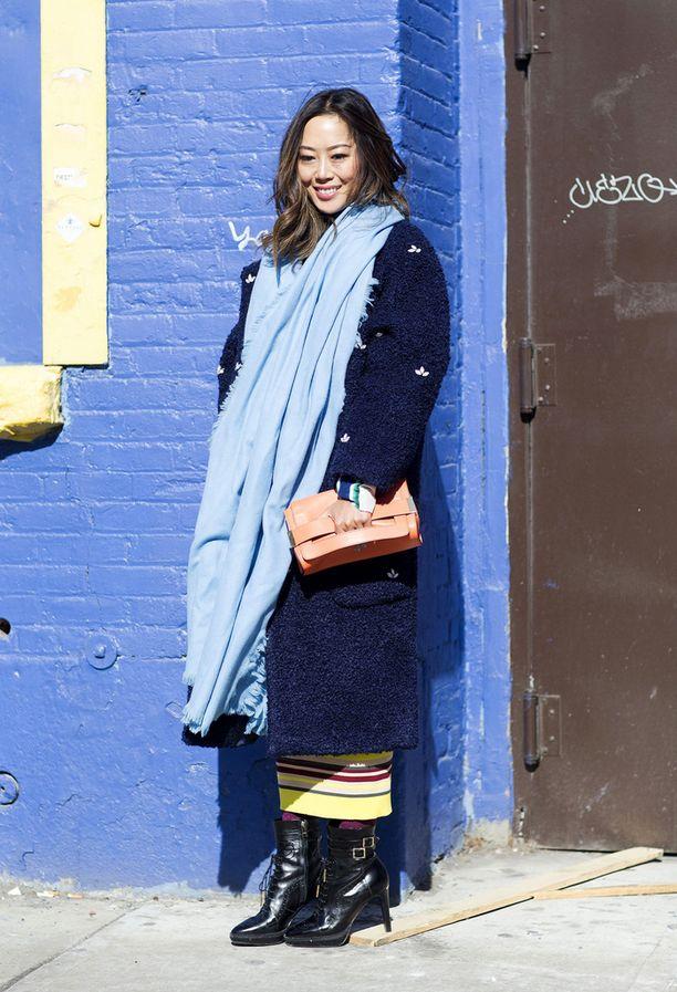 Muotibloggaaja Aimee Song rakastaa isoja huiveja.