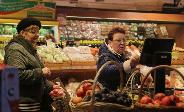 Venäjän tuontikielto on tarkoittanut ruoan, myös peruselintarvikkeiden, hinnan rajua nousua ja valikoiman ohentumista ruokakaupoissa. Kuva Moskovasta vuoden 2014 lokakuussa, jolloin maan rajapuomin asettamisesta ruoan tuonnille Yhdysvalloista, EU:sta sekä muutamasta muusta länsimaasta on kulunut muutama kuukausi.