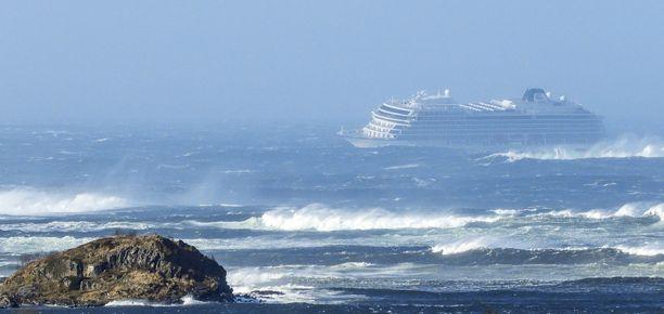 Risteilyalus Viking Sky joutui merihätään voimakkaassa aallokossa Norjan rannikolla 23.3.2019.