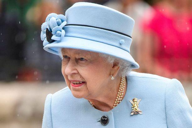 Kuningatar Elisabet pitää järjestystä yllä.