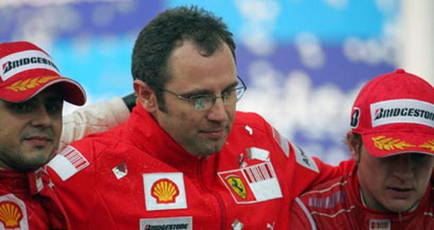 Felipe Massa (vas.) ja Kimi Räikkönen pettyivät kuljettajien mestaruustaistossa, mutta juhlivat valmistajien mestaruutta uuden tallipäällikkönsä Stefano Domenicalin kanssa.