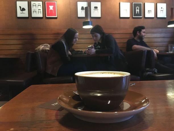 Viihtyisää kahvilaa ei Reykjavikissa tarvitse etsiä, niin paljon niitä on! Mokka Kaffissa voi nauttia 50-luvun atmosfääristä.