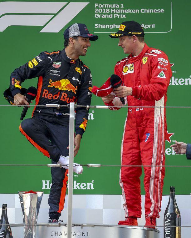 Lopulta Räikkönenkin heltyi hymyyn.
