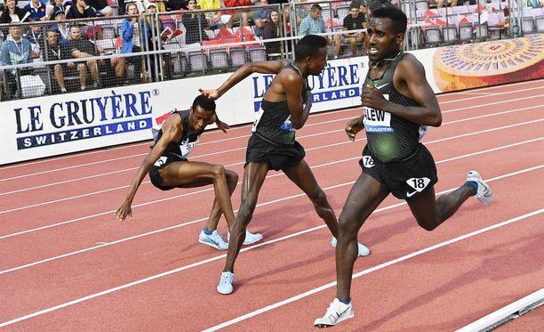 Yomif Kejelcha yritti kaatuessaa viedä Selemon Baregan mukanaan. Birhanu Balew kiitti ja juoksi voittoon.