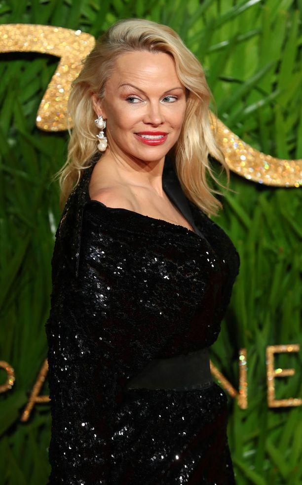 Pamela Anderson puolustaa poikaansa leijonaemona.