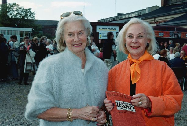 Kyllikki Forssell (vas) ja Seela Sella elokuussa Raivoisat Ruusut -teatteriryhmän esityksessä elokuussa 2000.