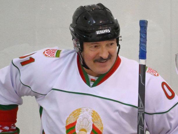 Alexandr Lukashenko ei näe mitään syytä lopettaa kiekkohommia.