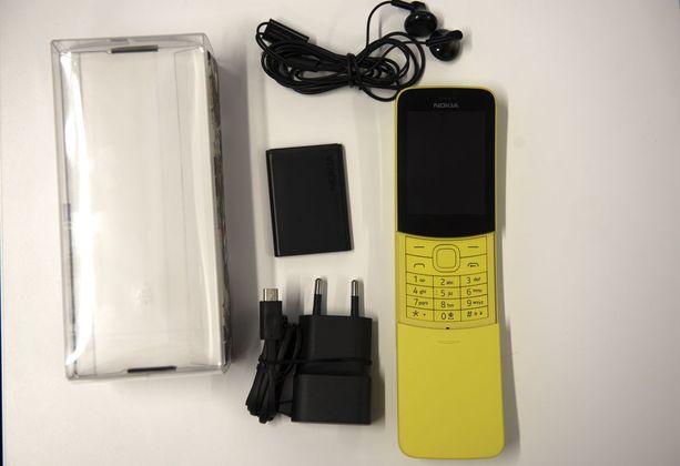 Puhelimen mukana toimitetaan kuulokkeet ja laturi.