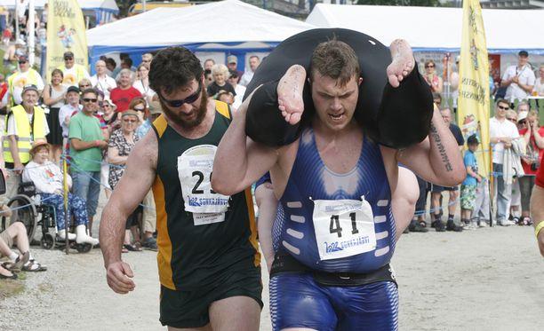 Viron menestys eukonkannossa on ollut huimaa. Kuvassa virolaiskilpailija kantaa irlantilaispariaan.