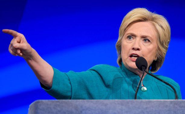 Clintonia vastustavat pitävät häntä omaa etuaan tavoittelevana valehtelijana.