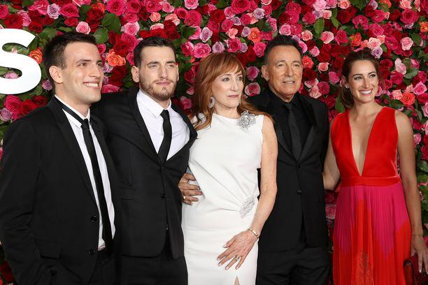 Evan Springsteen, Sam Springsteen, Patti Scialfa, Bruce Springsteen ja Jessica Springsteen kokoontuivat yhteen yhteiskuvaa varten.