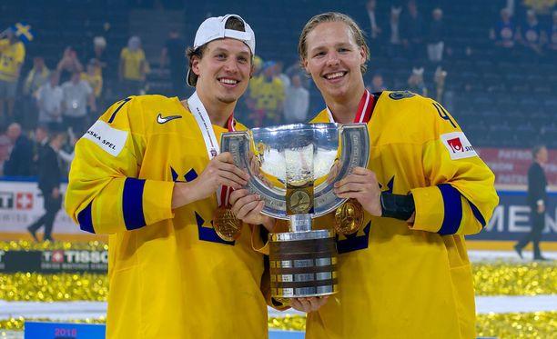 Rickard Rakell ja Hampus Lindholm juhlivat molemmat uran ensimmäistä MM-kultaa. Kaksikko pelaa yhdessä NHL:ssä Anaheim Ducksissa.