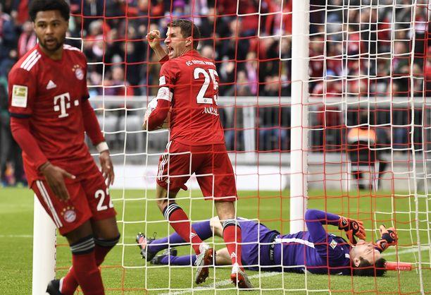 Bayern Münchenin Thomas Müller juhli Robert Lewandowskin viimeistelemää avausmaalia.