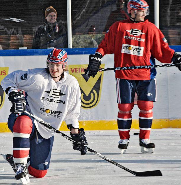 Jokerit ja HIFK harjoittelivat stadionilla viikonlopun klassikkoa varten. Lennart Petrellillä (vas.) oli paljonkin sanottavaa joukkueiden pukukoppitilanteesta.