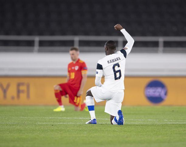 Suomi ja Wales polvistuivat syyskuun ottelussa. Kuvassa Glen Kamara.