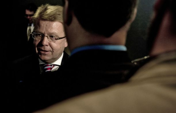 Kun Elinkeinoelämän keskusliiton nykyinen toimitusjohtaja Jyri Häkämies valittiin tehtäväänsä, julkisuudessa porua herätti Häkämiehen siirtyminen EK:n johtoon nimenomaan elinkeinoministerin paikalta.