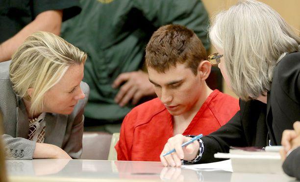 """Ampuja Nikola Cruzista oli varoitettu viranomaisia useita kertoja. Yksi soittaja oli sanonut, että Cruz haluaa tappaa ihmisiä ja kohta hän """"räjähtää""""."""