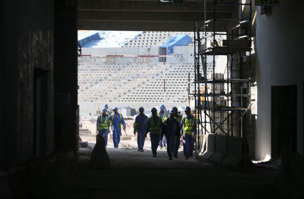 Qatarin kisoja rakennetaan ulkomaalaisen työvoiman kera.