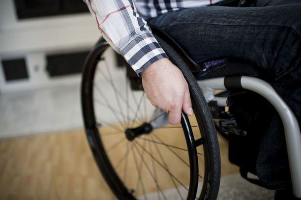 Nuori mies tuomittiin pyörätuolilla kulkevan uhrin pahoinpitelystä. Kuvituskuva.