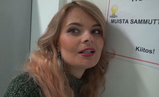 Erika Vikman harjoittelee illan Iholla-jaksossa kohuesitystään varten.
